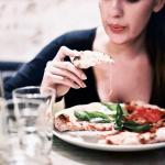 つい食べ過ぎてしまう原因は、腸内細菌の影響か(研究結果)